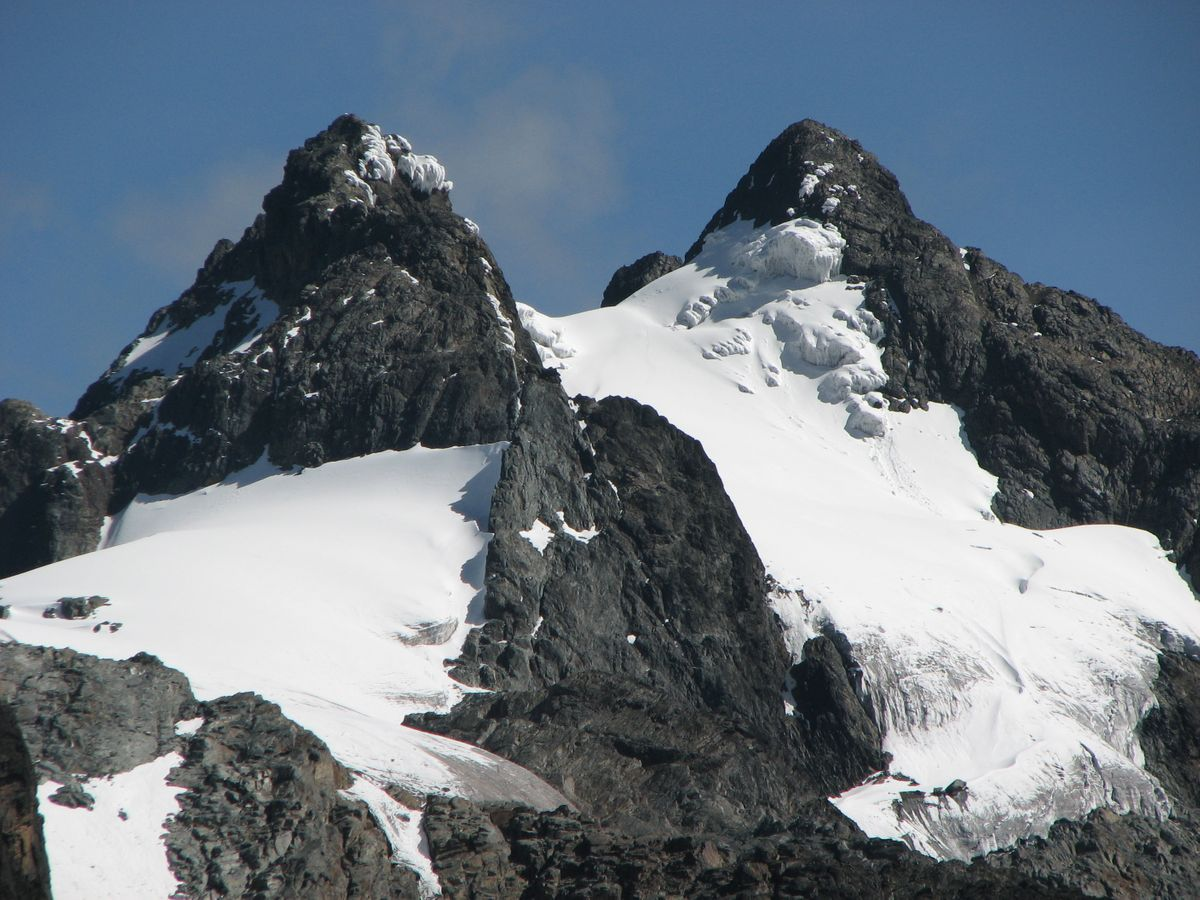 one_of_the_snow_capped_peaks_of_the_rwenzori_mountain_in_western_uganda__along_the_borde (1)